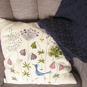 Brodeerattu tyyny ja peite
