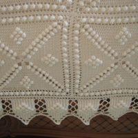 Crocheted linen, isompia ja pienempiä virkattuja liinavaatteita