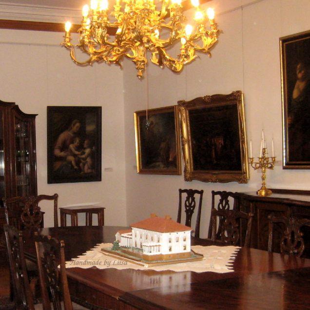 Pöydällä
