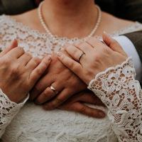 The many details of a wedding dress, hääpuvun monet koukerot